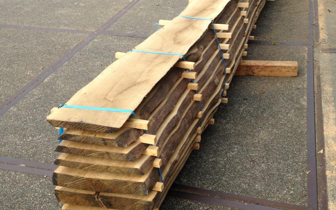 Eikenhout van de rondhoutveiling is klaar voor gebruik